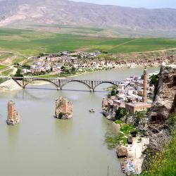 Město Hasankeyf, které bude částečně zaplaveno novou vodní elektrárnou Ilisu (zdroj Wikipedie).