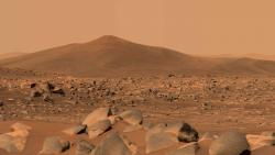 Obrázek kopce Santa Cruz v kráteru Jezero pořídilo vozítko Perseverance pomocí své kamery Mastcam-Z dne 29. dubna 2021, šlo o 68 sol jeho mise. (Zdroj NASA/JPL-Caltech/ASU/MSSS).
