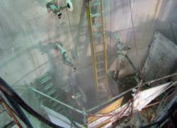 Práce na odstranění reaktorové nádoby bolku La Crosse (zdroj Bluegrass).