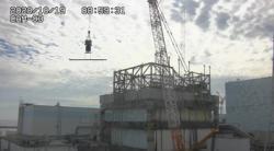 Přeprava nosníku pro podepření zborceného zavážecího stroje u prvního bloku (zdroj TEPCO).