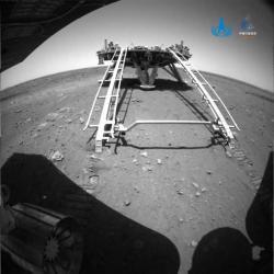 První snímek pořízený navigační kamerou poté, když vozítko Ču-žung sjelo na povrch Marsu (zdroj CNSA).
