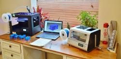 Na stůl se pohodlně vejdou tiskárna, notebook i ProtoCycler.   (Kredit: ReDeTec)