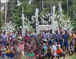 Rituál spenězi napíchnutými na bambus po obdržení finanční podpory na ochranu pralesa. Kredit: Novotný (2010).