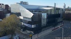 Na manchesterské universitě tento měsíc otevřeli Národní ústav grafenu. Vláda jeho vznik podpořila 38 miliony liber, dalších 23 milionů  poskytl Evropský fond pro regionální rozvoj.