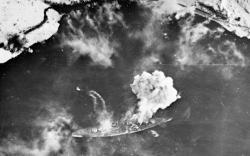 """Pohledů, jako je tento z roku 1944, se letcům mnoho nepoštěstilo. Loď většinou kryly mraky, nebo umělá mlha a bombometčíci shazovali své dárečky """"na slepo"""". Naprostá většina snah bestii potopit se minula účinkem."""