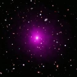 Kupa Abel 2261. Uprostřed centrální eliptická galaxie. Kredit: X-ray: NASA/CXC/Univ of Michigan/K. Gültekin; Optical: NASA/STScI and NAOJ/Subaru; Infrared: NSF/NOAO/KPNO.