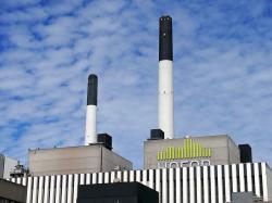 Závod v Amageru – jde o pilotní provoz, na němž Kodaň buduje svou reputaci první uhlíkově neutrální metropole světa. Z Brazílie ale dováží okolo 60 000 tun dřeva ve formě štěpky měsíčně. Spalování dřeva z Amazonie je vydáváno za uhlíkově neutrální. Kredit: Chris Alban Hansen/Flickr CC BY-SA 2.0)
