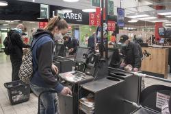 Opatrenia v obchodoch: rúška, obmedzený počet zákazníkov, bezdotykové platby. Ale tržby vslovenských supermarketoch sa väčšinou podstatne nezmenili. Ilustrační foto, Kredit ŽupaBA VUCBA.