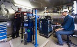 Příprava supravodivého gravimetru kakci. Kredit: Horowitz & Widmer-Schnidrig.