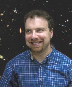 Adam Guy Riessamerickýastrofyzik, nositel Nobelovy cenu za fyzikuza objev zrychlujícího serozpínání vesmíru.