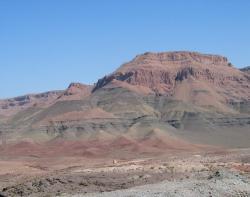Mohutné vrstvy bazaltů v oblasti pohoří Střední Atlas na území Maroka. Sedimenty CAMP zde mají vůbec největší dochovanou mocnost – ta činí až přes 300 metrů. Jsou tak němou připomínkou dávné události, která nejspíš změnila směr vývoje suchozemských obratlovců na další dvě stovky milionů let. Kredit: Mente_et_malleo; Wikipedia (volné dílo).