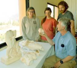 Parker se svými studenty prohlíží hlavu jedné z Afrodit, část letošního nálezu v jordánské Petře.(Kredit: N.C. State Univ.)