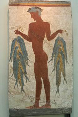 """""""Rybářská freska"""" z Akrotiri. Možná představuje mladíka, který nabízí ryby jako součást náboženského obřadu, spíše než rybáře. Z místnosti 5 Západního domu v Akrotiri. Muzeum prehistorické Théry. Kredit: Zde, Wikimedia Commons"""