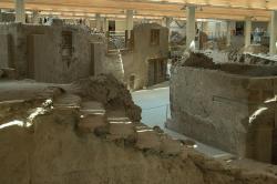Akrotiri, Trojúhelníkové náměstí se Západním domem. Kredit: Zde, Wikimedia Commons.