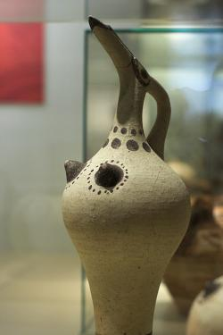 Štíhlý džbán s ptačími a ženskými rysy, z Akrotiri. Takové se užívaly k úlitbám. Národní archeologické muzeum v Athénách, N 877. Kredit: Zde, Wikimedia Commons.