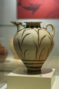 Široký džbán s rostlinnými motivy, z Akrotiri. Národní archeologické muzeum v Athénách. Kredit: Zde, Wikimedia Commons.