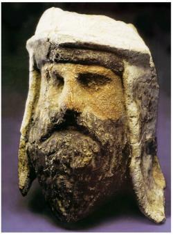 Alabastrová hlava zoroastriánského kněze malovaná jílem nalezená v dnešním  Tádžikistánu, stáří: 3. - 2. století před naším letopočtem. I on měl v popisu práce, kromě hlásání víry, provádět horoskopy a výklad různých znamení. (Kredit: Wikipedia