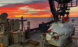 Listopad 2018, ponorka Alvin je připravena k ponoru do hloubky 2000 metrů. Kredit: Brett Baker / Texas Univerzity Austin.