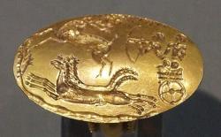 Lovecká scéna na zlatém prstenu z Mykén (hrob IV v okruhu A), 1600 až 1500/1400 před n. l. Archeologické muzeum v Irakliu (Herakleon). Kredit: Schuppi, Wikimedia Commons.
