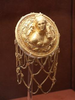 Síťka do vlasů s reliéfem Afrodity, Fana a Eróta. Zlato, granáty a smalt, 3. století před n. l. Národní archeologické muzeum v Athénách. Kredit: George E. Koronaios, Wikimedia Commons.