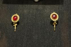 Pár náušnic. Zlato a syrský granát, 1. až 2. století n. l. Národní muzeum v Praze, HM10 745-746. Kredit: Zde, Wikimedia Commons.