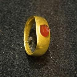 Prsten, zlato se vsazeným kamenem. Římská práce. Národní muzeum v Praze, HM10 754. Kredit: Zde, Wikimedia Commons.