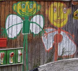Dva andělé na stěně stodoly