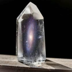 Vědci pozorovali exotickou anomálii vumělém krystalu. Kredit: Robert Strasser, Kees Scherer; koláž: Michael Büker.