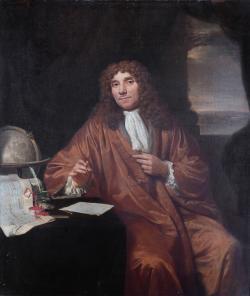Anton van Leeuwenhoek přišel na jednoduchý způsob, jak vyrábět přesné skleněné kuličky nepatrných rozměrů a využil je jako čočky svých přístrojů. Překonal tím úroveň tehdy dostupné mikroskopické techniky. Tajemství výroby si ovšem celý život držel pro sebe, aby si zajistil vědecké prvenství a prestiž. Dochované kousky z té doby dosahují zvětšení až 275x. Spekuluje se, že jeho nejzdařilejší výrobky ale mohly zvětšovat až pětsetkrát.