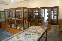 Interiér Archeologického muzea v Apeiranthu na Naxu. Celkem je těch skříní nejmíň 10. Kredit: Zde, Wikimedia Commons . Licence CC 4.0.