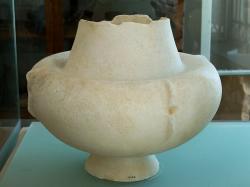 Raně kykladská mramorová kandila. Raná doba bronzová, EC I, 3000 až 2700 př. n. l. Archeologické muzeum v Apeiranthu, č. 1145. Kredit: Zde, Wikimedia Commons. Licence CC 4.0.