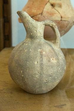 Raně kykladský džbán s jednoduchým malovaným dekorem, 3. tisíciletí před n. l. Archeologické muzeum v Apeiranthu. Kredit: Zde, Wikimedia Commons. Licence CC 4.0.