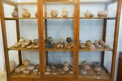 Skříň 5: Raně kykladská keramika. Archeologické muzeum v Apeiranthu. Kredit: Zde, Wikimedia Commons. Licence CC 4.0.