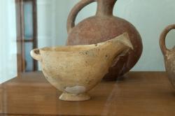 """Raně kykladská miska s držadlem a hubičkou (""""omáčkovník""""). Pálená hlína. Světlý povrch možná napodobuje mramor. Raná doba bronzová, 2800 až 2300 před n. l. Archeologické muzeum v Apeiranthu. Kredit: Zde, Wikimedia Commons. Licence CC 4.0."""