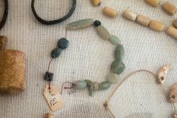 Raně kykladské šperky. Polodrahokamy, asi 2800 až 2300 před n. l. Archeologické muzeum v Apeiranthu. Kredit: Zde, Wikimedia Commons. Licence CC 4.0.