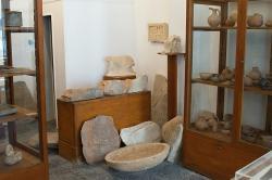 Zákoutí Archeologického muzea v Apeiranthu s reliéfy z velice různých dob. Kredit: Zde, Wikimedia Commons. Licence CC 4.0.