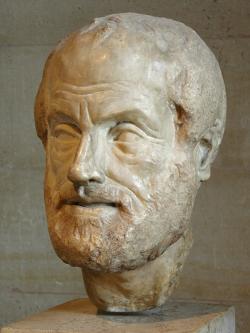 """Aristoteles:  """"člověk je zoon politicon"""". Římská kopie ztracené antické bronzové sochy. Ke shlédnutí v Musée du Louvre. (Kredit foto: Eric Gaba – Wikimedia Commons)"""