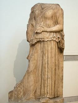 Snad reliéf kněžky Diotimy, v ruce drží vnitřnosti k věštění. Mantineia, 420 až 410 před n. l. Národní archeologické museum v Athénách, inv. č. 226. Kredit: Zde, Wikimedia Commons.