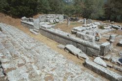 Kamarád u antického nápisu v chrámu. Kredit: Zde, Wikimedia Commons.