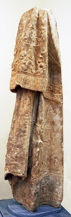 Plášť sochy Despoiny, mramor. Národní archeologické muzeum v Athénách. Kredit: Nefasdicere, Wikimedia Commons.