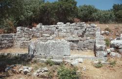 Něco významného na akropoli antické Lykosúry. Kredit: Zde, Wikimedia Commons.