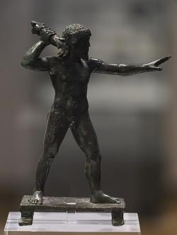Zeus metající blesky. Drobný bronz z hory Lykaion, 6. století před n. l. Národní archeologické muzeum v Athénách, inv. č. 16546. Kredit: George E. Koronaios, Wikimedia Commons.