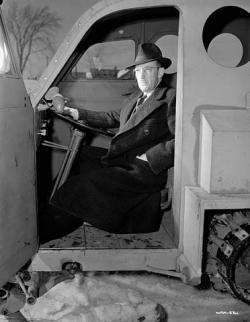 Armand Bombardier za volantem vojenského snowmobilu. (Kredit:  Library and Archives Canada. Wikipedia, volné dílo)