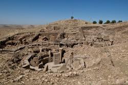 Svatyně v centru městečka. Göbekli Tepe, 9. tisíciletí před n. l. nebo i o něco starší. Kredit: Teomancimit, Wikimedia Commons.
