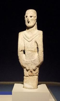 Socha muže, kámen, 180 cm. Balıklıgöl, cca 9000 let před n. l. nebo o něco dříve. Şanlıurfa Museum. Kredit: Cobija, Wikimedia Commons.