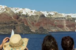 Vnitřní okraj kaldery na Santorini, pohled z přijíždějící lodi. Kredit: Zde, Wikimedia Commons.
