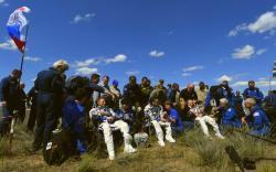 Po návrate z dlhších pobytov je chôdza problémom – aj Tim Peake,  Tim Kopra a Jurij Malenčenko trávili prvé chvíle na Zemi po pristáti ich Sojuzu posediačky. Kredit: Image, thehumanion.com.