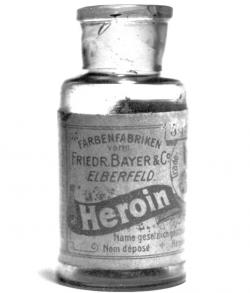 5 g lahvička heroinu od firmy Bayer. (Kredit: Bayer, Wikipedia)