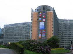 S rozmachem průmyslové revoluce se v Bruselu hodnota hodnota EPP vyšplhala na 36 %. Zda stejný boom nemanželských dětí sleduje i bruselská úřednická revoluce, studie neuvádí. Na obrázku je budovaBerlaymont, sídloEvropské komise. Autor: Zinneke, Wikipedie.