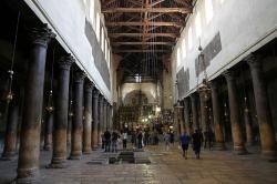 Bazilika blízko jeskyněk v Betlémě, 4. až 6. století a pozdější dostavby. Kredit: 7777777kz, Wikimedia Commons.